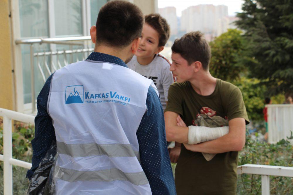 Kafkasyalı-çocukları-sevindiren-kırtasiye-yardımı